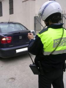 Un_agente_de_Policia_Local_utiliza_su_PDA_1_