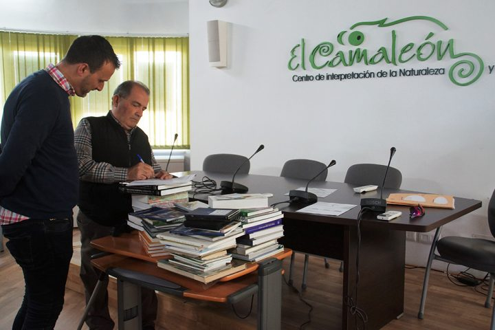 170322 Cans entrega libros Centro El camaleón