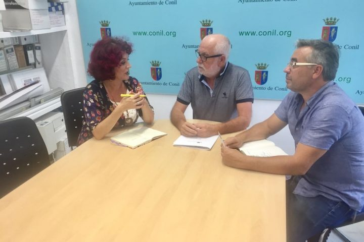 Antonio Alba con los concejales de IU Chipiona Isabel María Fernández y José Mellado.