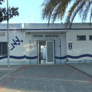 171214 La piscina municipal de Chipiona acoge el sábado una jornada de natación solidaria para recoger juguetes