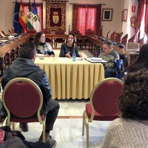 El equipo de gobierno se reúne con la dirección del colegio Lapachar para evaluar los trabajos de limpieza que se realizan