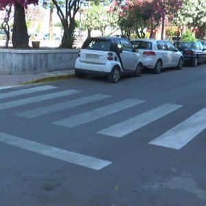 Servicios Municipales concluye la puesta a punto de pintura de los pasos de peatones de cara al verano