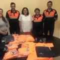 Los voluntarios de Protección Civil que prestarán sus servicios en las playas reciben la nueva indumentaria de verano