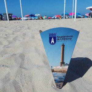 El Ayuntamiento distribuye entre los usuarios de las playas ceniceros de cartón de gran capacidad en su campaña de educación ambiental