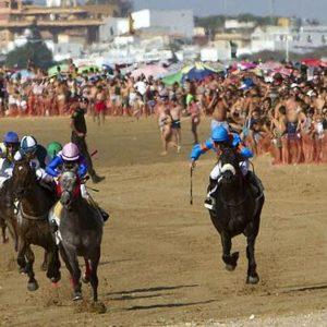 GRA162. SANLÚCAR DE BARRAMEDA (CÁDIZ), 07/08/2014.- Un momento de las carreras de caballos de Sanlúcar de Barrameda (Cádiz), que este verano cumplirán 169 años de historia, y que se inician esta tarde en las playas de Bajo de Guía y Las Piletas. EFE/Román Ríos