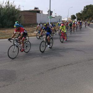 Doce triatletas locales participaron en el Desafío Doñana y casi ochenta velaron por la seguridad de su paso por la localidad en el segmento ciclista
