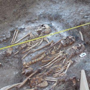 El equipo técnico contratado por Diputación recupera los restos de medio centenar de personas en las fosas de Benamahoma