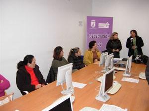 La delegación de Igualdad inaugura un curso de ayuda a domicilio