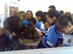 Mil escolares visitan la exposición de educación por la paz en Chipiona