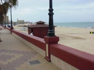 El PP protesta por la instalación de un nuevo chiringuito en la playa de Regla.-