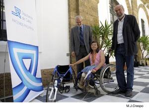 Diputación y Junta le han proporcionado la silla con la que compite la joven deportista chipionera