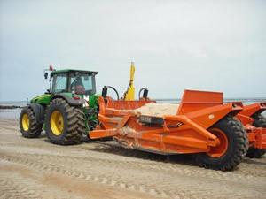 La Mancomunidad entrega al ayuntamiento de Chipiona una máquina para la limpieza de playas