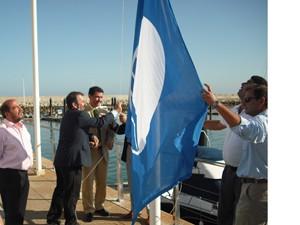 Ondea la bandera azul de los mares limpios de Europa en el puerto deportivo de Chipiona
