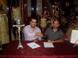 El Cautivo de Chipiona firma con la banda Cristo del Amor de El Puerto