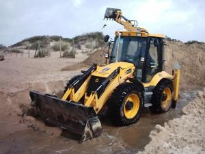 Los servicios municipales abren un canal de desagüe provisional en la playa de Camarón
