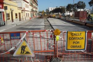 Cortada al tráfico un tramo de la carretera de Rota  por la instalación de la red de pluviales para el nuevo mercado de abastos (Chipiona)