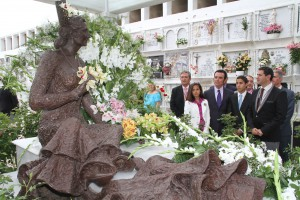 Los hijos de Rocío Jurado recogen la Medalla de Oro de Chipiona que le entregaron oficialmente a la cantante ante su monumento