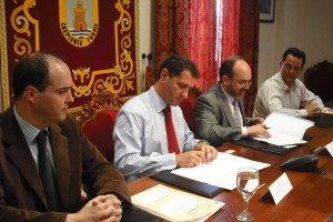Ayuntamiento y Aqualia firman un convenio para la inversión de 6 millones de euros en obras en la red del agua (Chipiona)