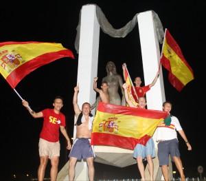 Celebran el triunfo español en el Mundial en el monumento de Rocío Jurado