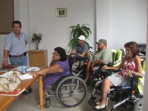 Antonio Peña visitó la sede de la Asociación de Chipiona de Discapacitados