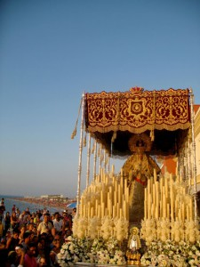Multitudinaria procesión de la Virgen de los Dolores en Chipiona
