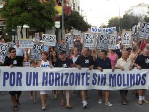 Tres mil personas apoyan con su presencia la manifestación contra la instalación de molinos en la costa Noroeste y Bahía de Cádiz.