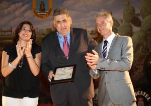 Miguel Gallardo recibe el premio a la promoción turística exterior de Chipiona, en el Día Internacional del Turismo.