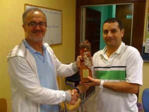 Juan Antonio Ruiz recibe una réplica  del primer premio de chirigota del carnaval gaditano 2010 «Los que van por derecho»