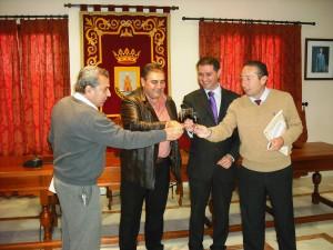 El ayuntamiento de Chipiona firma un convenio de colaboración con las bodegas para la cesión de botas de vino