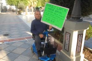 Un empresario chipionero a las puertas del ayuntamiento reclama  una deuda de 50.000 euros