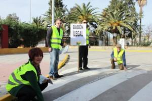 Isabel María Fernández, junto con compañeros de IU de Chipiona, comprueba que los badenes  son ilegales.