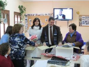 Entregan materiales para talleres a los mayores del centro de la tercera edad en Chipiona