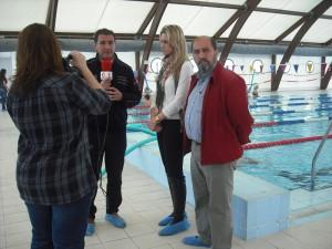 Presentado el nuevo material adquirido para la piscina y la adaptación de los baños para personas con discapacidad
