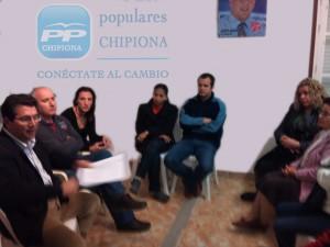 El candidato popular, Antonio Peña, visitó la zona donde se construye el punto limpio, junto a los vecinos de la misma