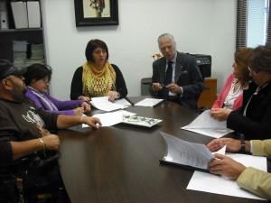 El consistorio firma un convenio de colaboración con asociaciones para la instalación de aparcamientos en terrenos municipales