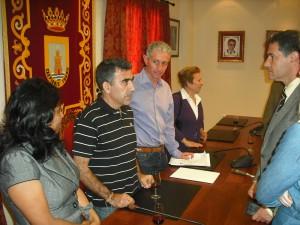 Antonio Porta de regreso en Chipiona recibido por el alcalde y el delegado de cooperación