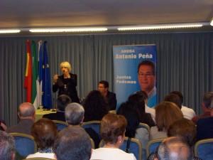 Teófila Martínez en Chipiona, apoya al candidato popular, Antonio Peña