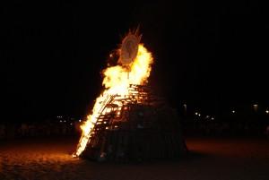La festividad en Sevilla llenó de público la tradicional hoguera chipionera de la noche de San Juan