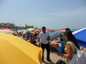 El delegado de Playas reparte ceniceros ecológicos en la Playa de Regla para concienciar a los usuarios