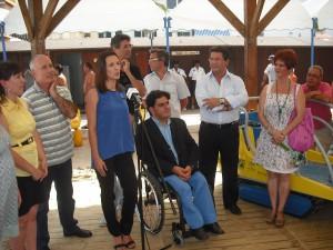 El director general de Personas con Discapacidad conoce la marcha del programa de baños de las playas de Chipiona