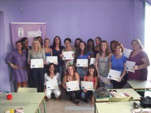 Quince mujeres reciben los diplomas por su participación en un curso de ayuda a domicilio