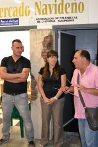 La concejala de Cultura y Fiestas visita el curso de técnicas de construcción de belenes