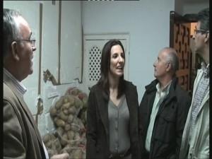 La concejala de Bienestar Social, Isabel Jurado, entrega a Cáritas ochocientos kilos de patatas intervenidas por la policía local
