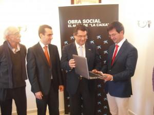 El alcalde entrega un ordenador y  alimentos donados por La Caixa a la fundación Faros