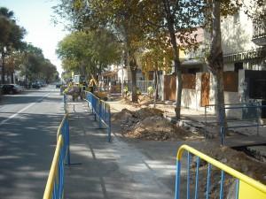 El Ayuntamiento ejecutará a coste cero la segunda fase de renovación del acerado y abordillado de la Avenida de Sevilla
