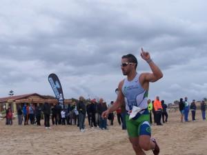 Fernando Domínguez del Activa Jerez triunfador en el primer Triatlón Cross Playas de Chipiona