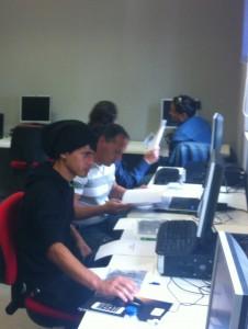 Juventud imparte un curso se informática básica para miembros de la asociación gitana Gao Tacherí