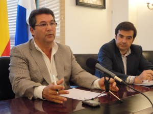 Antonio Peña firma el contrato de la auditoría externa que esclarecerá las cuentas de las dos legislaturas anteriores