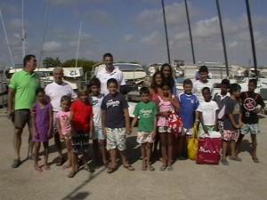 Los niños saharauis del programa Vacaciones en Paz visitaron la Escuela Municipal de Vela de Chipiona.