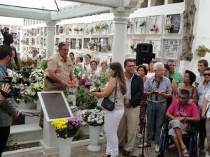 El Ayuntamiento  lleva  flores al Mausoleo de Rocío Jurado para conmemorar el nacimiento de la artista